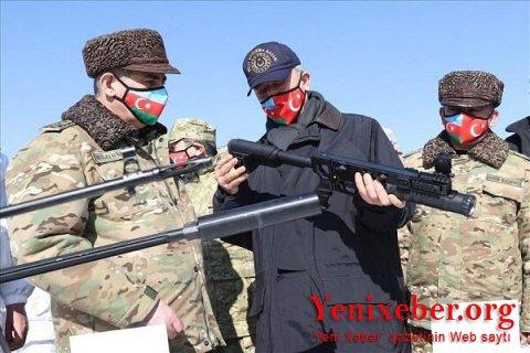 Nazirlər təlimlərdə istifadə olunan silahlara baxdı-