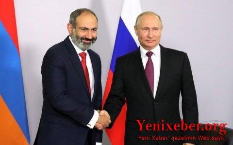 Paşinyan Putinlə görüşündə çıxışı zamanı 10 dəfə şparqalkaya baxıb